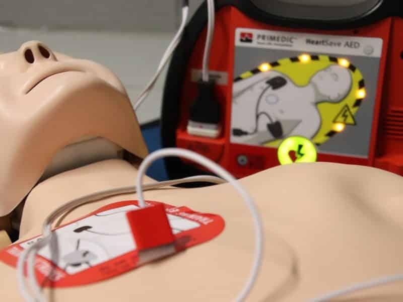 Comment installer un défibrillateur ?